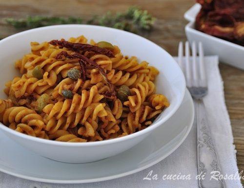 Pasta con pomodori secchi capperi e olive