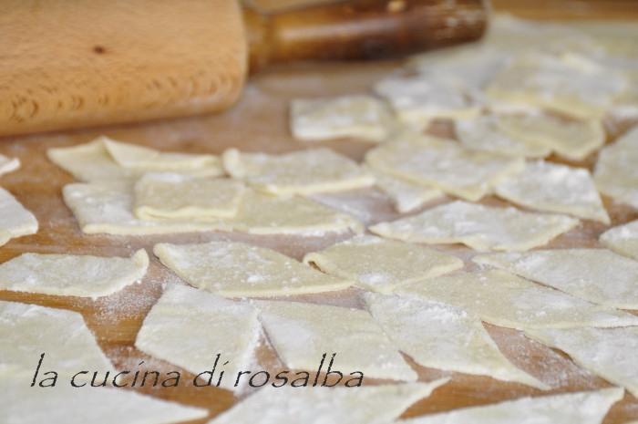 Pasta maltagliati fatta in casa senza uova ricetta - Impastatrice per pasta fatta in casa ...