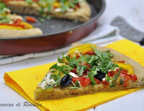 Pizza integrale con peperoni e rucola