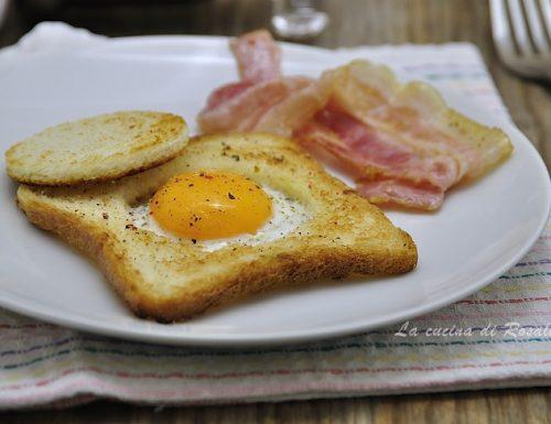 Toast con uovo nel buco