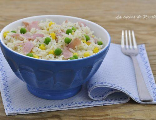 Insalata di riso con mais piselli e prosciutto