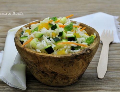 Insalata di riso con zucchine e peperoni