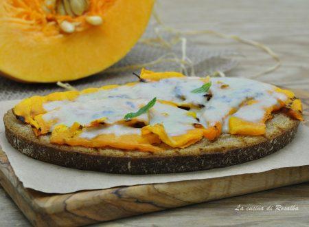 Bruschetta con zucca e gorgonzola