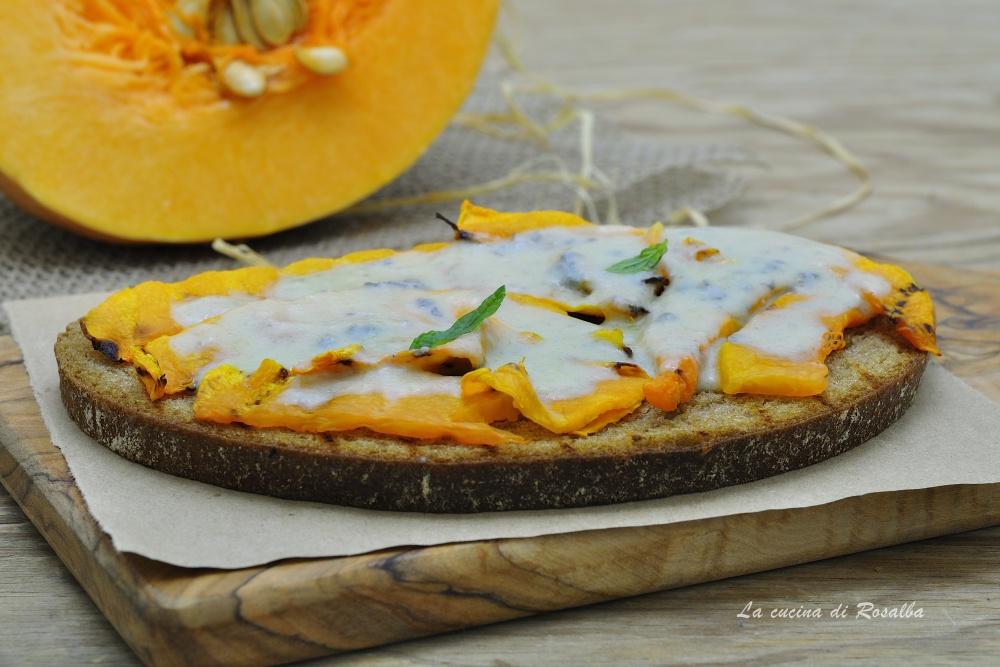 bruschetta con zucca e gorgonzola - raccolta ricette con la zucca