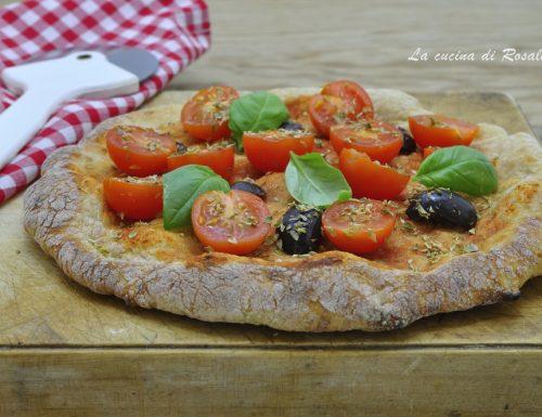 Pizza integrale con pomodorini e olive
