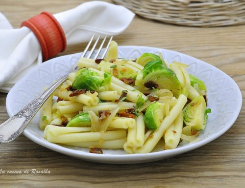 Pasta con cavoletti di Bruxelles e pomodori secchi