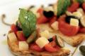 Una ricetta al giorno per Natale e Capodanno: bruschette al pomodoro fresco e grana padano.
