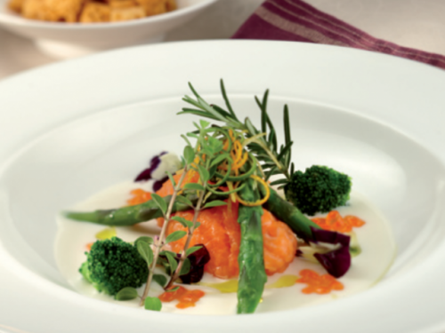 Una ricetta al giorno per Natale e Capodanno: Crema fredda di grana padano, cavolfiore, punte di asparagi e quenelles di salmone agli agrumi.