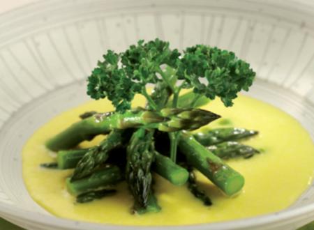 Una ricetta al giorno per Natale e Capodanno: Punte di asparagi affogate in fonduta di grana padano.