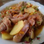 Cosce di maiale in umido con patate e carote