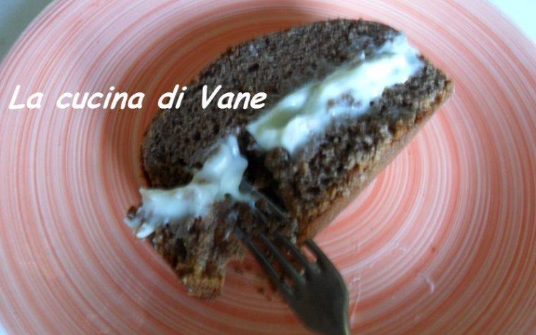 Finto pane al cacao farcito con crema al cioccolato bianco