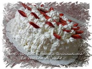 Torta con ganasce al cioccolato bianco, fragole e panna