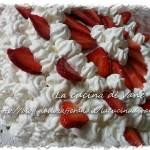 Torta con ganache al cioccolato bianco, fragole e panna