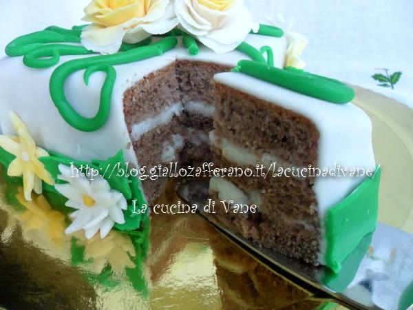 torta bomba al cioccolato decorata con pasta di zucchero