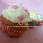 Muffin alla vaniglia con frosting al cioccolato bianco