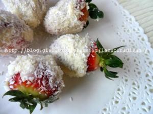 fragole con cioccolato bianco e cocco