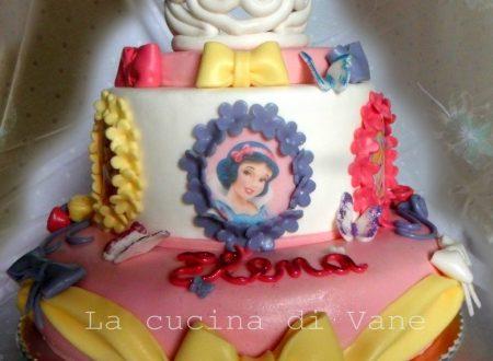Torta principesse in pasta di zucchero con corona e fiocchi