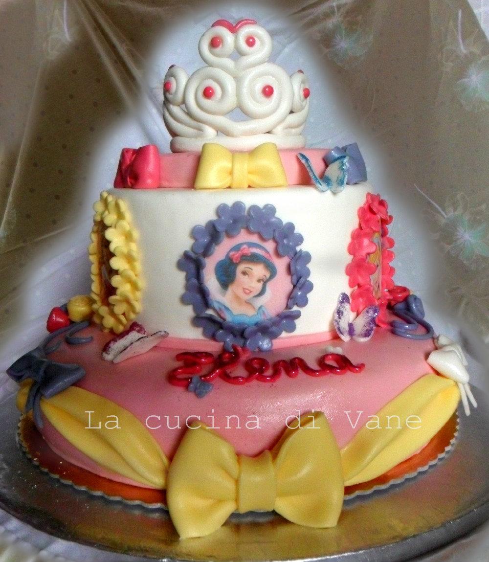 Torta principesse in pasta di zucchero con corona e fiocchi for Vecchi piani colonica con foto