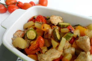 Bocconcini di pollo appetitosi al forno con verdure