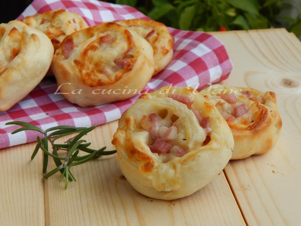 Girelle di pizza con scamorza e pancetta