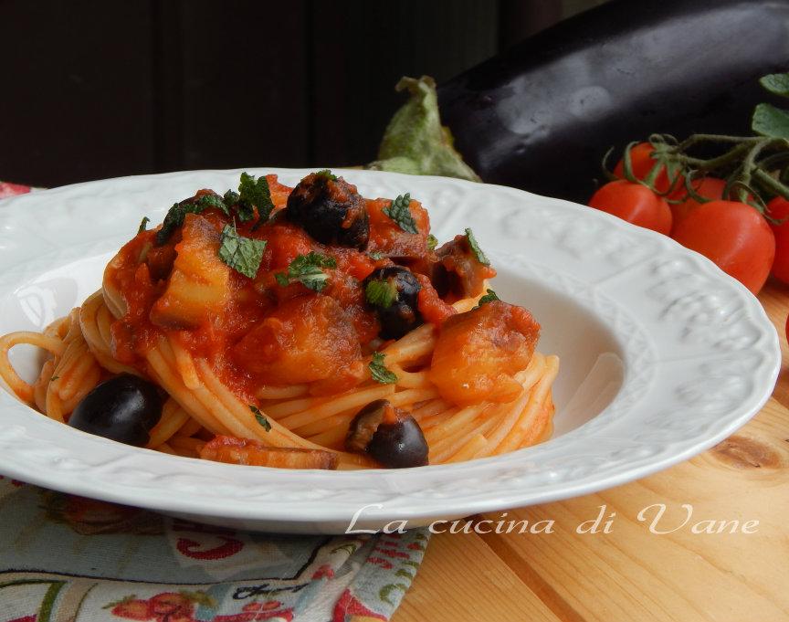 spaghetti al sugo veloce di melanzane e olive