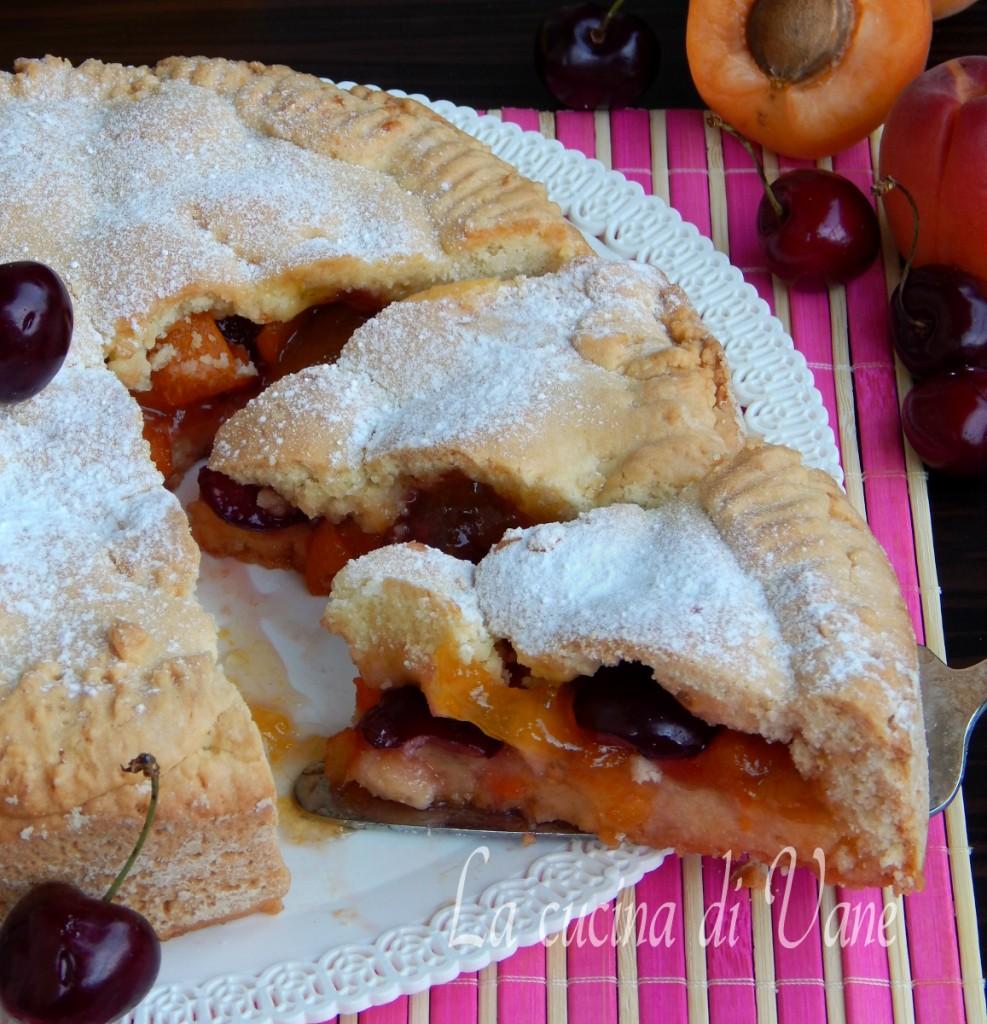 crostata morbida con albicocche e ciliegie.