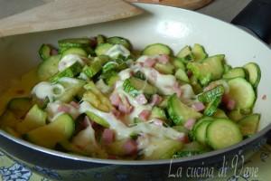 Zucchine gustose in padella con prosciutto e mozzarella