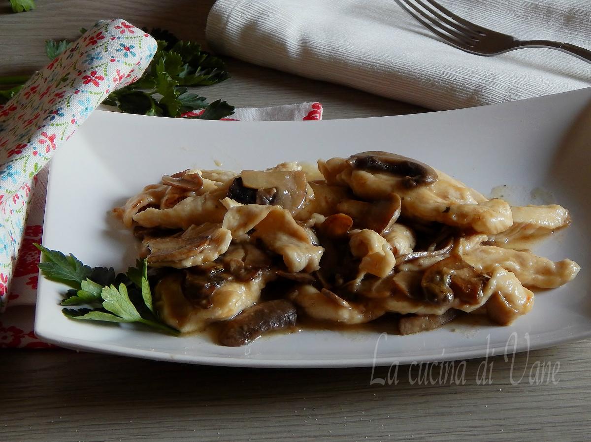 Straccetti di pollo cremosi con i funghi