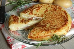 Pizza di patate in padella con speck e stracchino