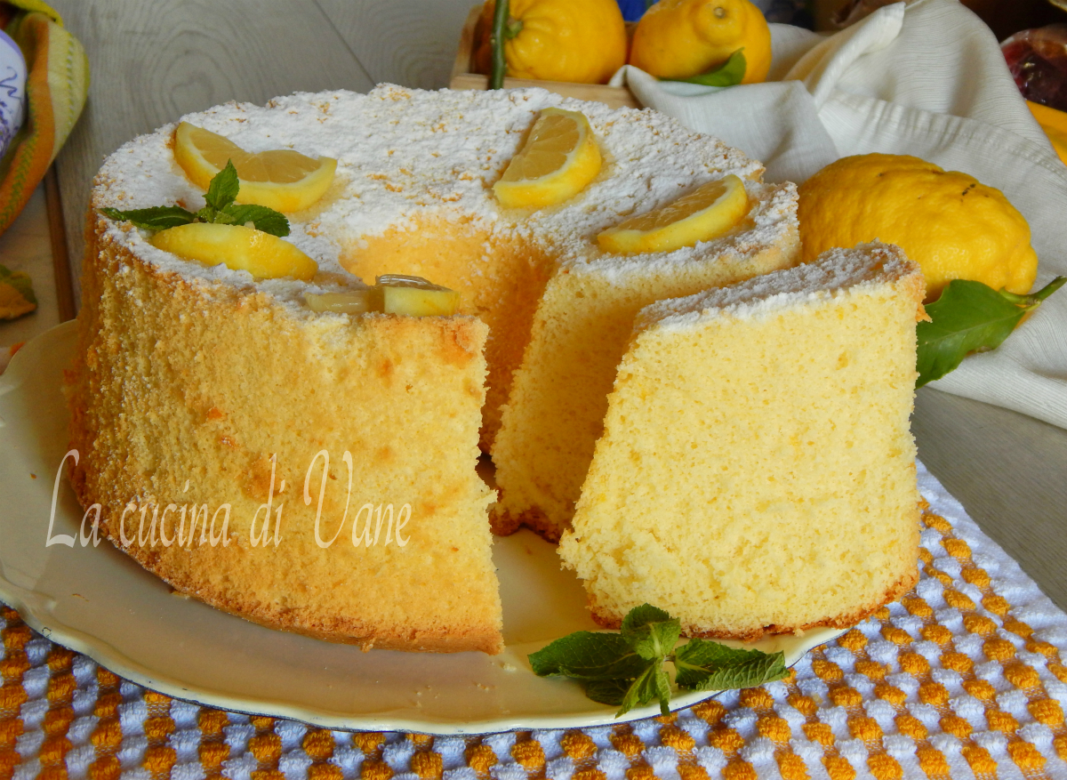 Chiffon cake al limone con succo e buccia