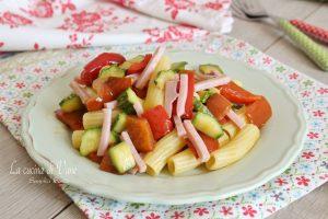 Pasta fredda con zucchine peperoni e prosciutto
