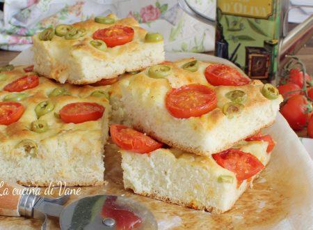 Focaccia morbida con olive e pomodorini ricetta con Bimby e senza