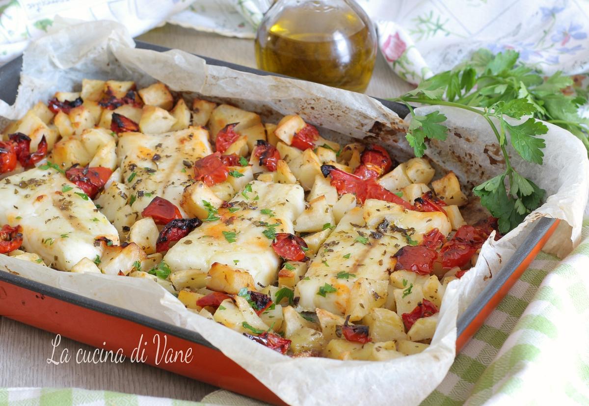 Merluzzo al forno con patate e pomodorini, secondo piatto con contorno