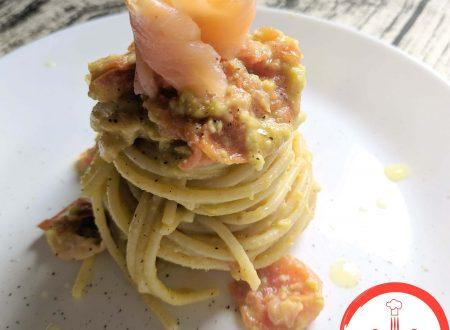 Spaghetti con salsa all'avocado e salmone