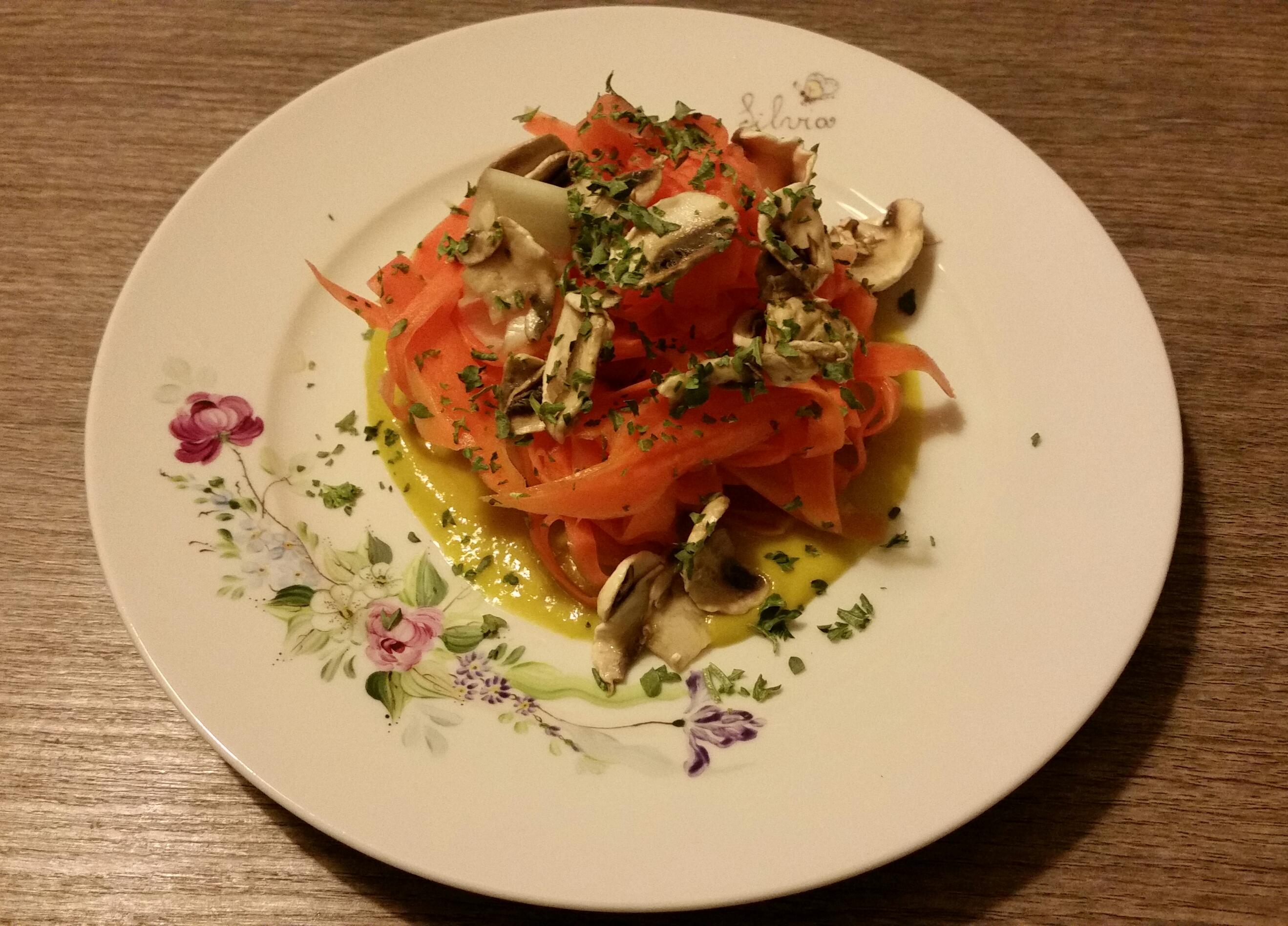 Tagliatelle di carote panna e funghi