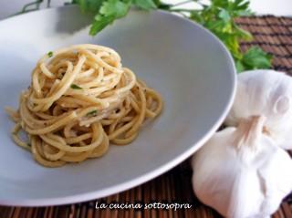 Spaghetti cremosi aglio, alici e prezzemolo