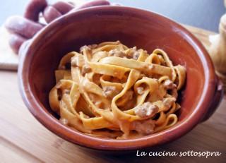 Tagliatelle con crema ai peperoni e salsiccia