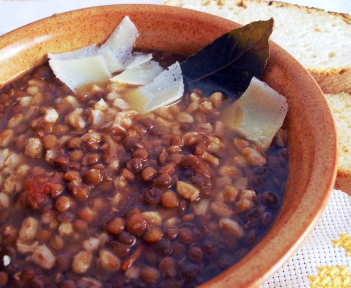 zuppa di farro e lenticchie con scaglie di grana