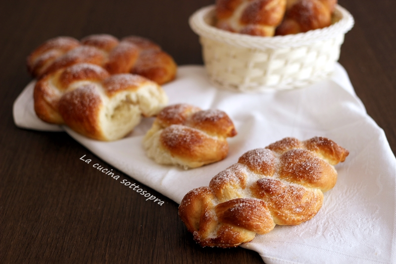 Maritozzi baresi , treccine brioche dolci zuccherate , dolce tipico pugliese