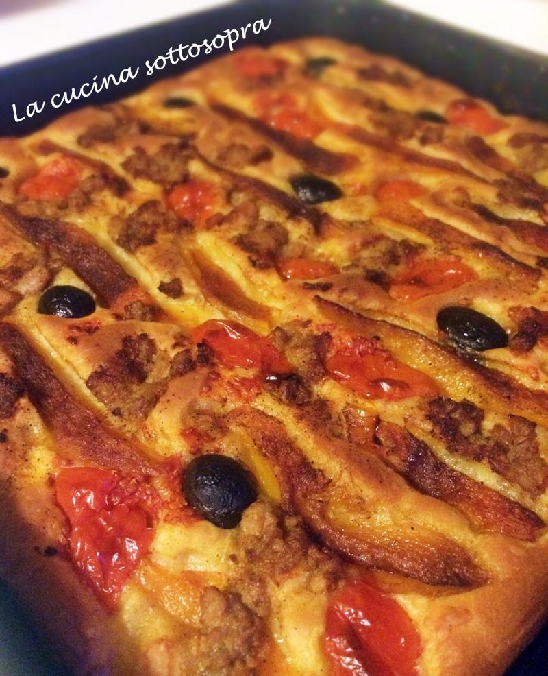 Focaccia ai peperoni, tonno e olive