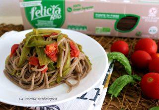 Spaghetti con cime di zucchine al pomodoro