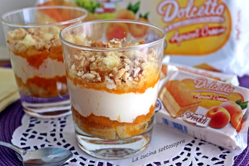 Dessert alla crema di yogurt e albicocche