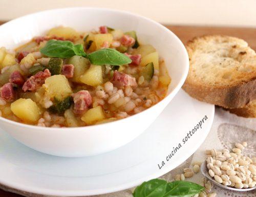 Zuppa di orzo con zucchine patate e pancetta croccante