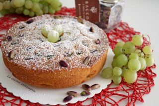 Torta soffice all'uva e pistacchi