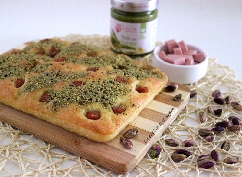 Focaccia con pesto di pistacchi e mortadella
