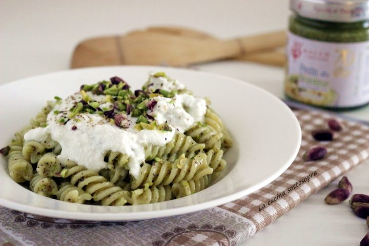 pasta con pesto di pistacchi e crema di ricotta ricetta