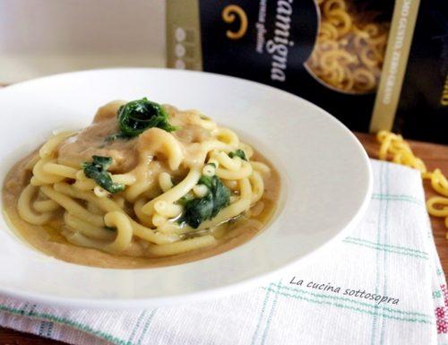 Pasta con purè di fave e spinaci