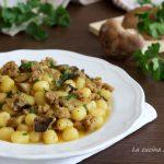 Gnocchi salsiccia e funghi allo zafferano - primo piatto veloce