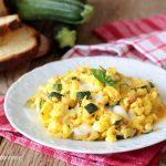 Uova strapazzate con zucchine e mozzarella