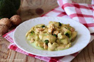 pollo con crema di broccoli e noci ricetta facile